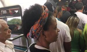 Sem espaço para entrar... Alcione Santos tenta embarcar no metrô. Foto: Nick Van Mead