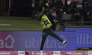 Le Pakistanais Fakhar Zaman tente de renvoyer l'Anglais Dawid Malan.