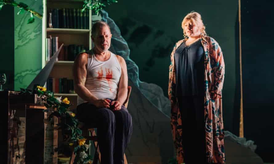 Robert Hayward as Bluebeard and Karen Cargill as Judith in Bluebeard's Castle