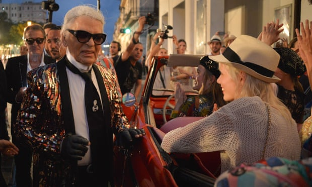 Karl Lagerfeld greets models at the event in Havana.