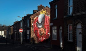 jordan henderson anfield yakınında premier lig kupasını kaldıran bir duvar resmi.