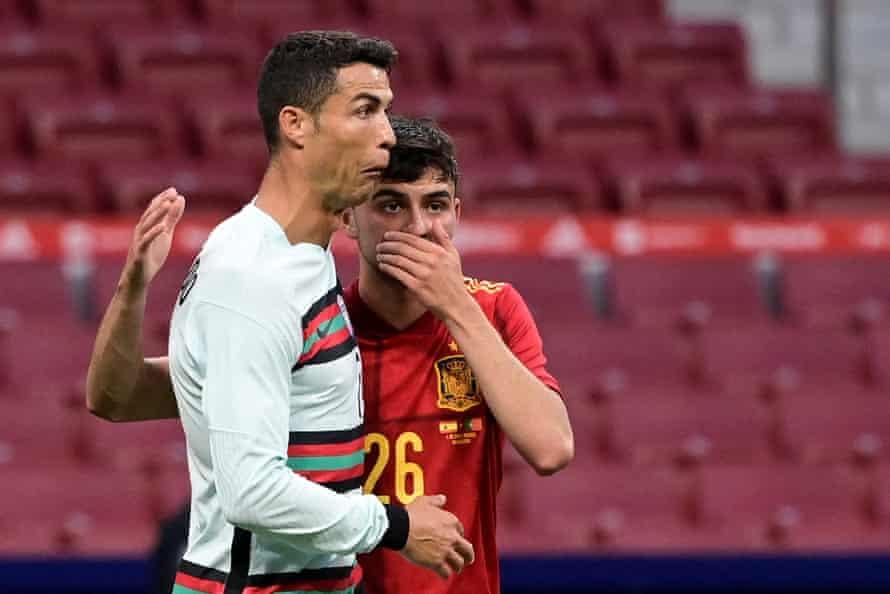 Pedri con Cristiano Ronaldo durante un partido amistoso.