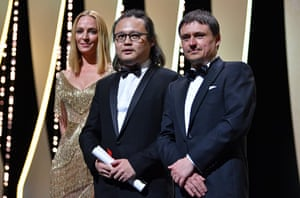 """Qiu Yang poses with the award for Best Short for """"A Gentle Night"""" (Xiao Cheng Er Yue), President of the Un Certain Regard jury Uma Thurman (L) and President of the Short Films and Cinefondation jury Cristian Mungiu (R)"""