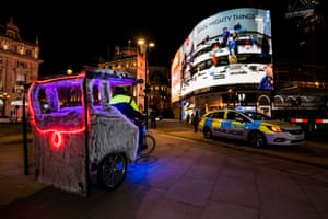 The landing is live streamed at Piccadilly Circus in London, UK.