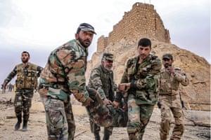 シリア政府軍の兵士がFakhrアルディンアルMaaniシタデル近くの爆発で負傷した仲間の兵士を助けます