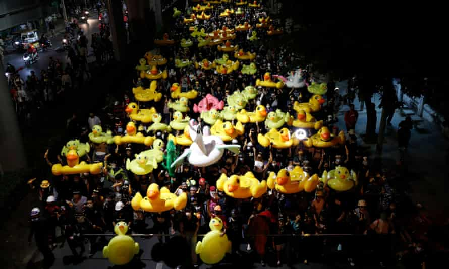 Protesters carrying inflatable ducks on their way to the 11th Infantry barracks.