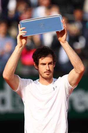 Murray lifts the runners up trophy.