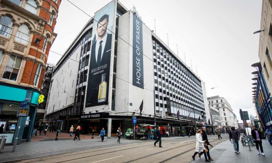 یک ساختمان بزرگ مدرنیست سفید و پوشیده از آگهی های بزرگ House of Fraser