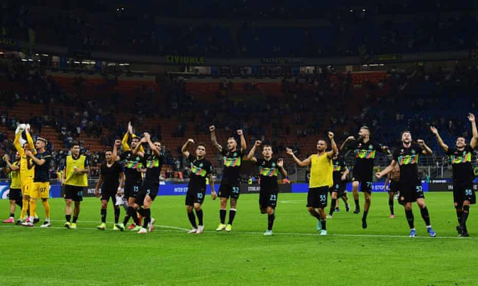 Inter's delighted players celebrate after their 6-1 win over Bologna.