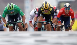Dylan Groenewegen powers through to win at the finish line.