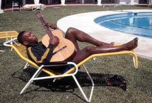 Pelé enjoys some downtime during the 1970 World Cup.