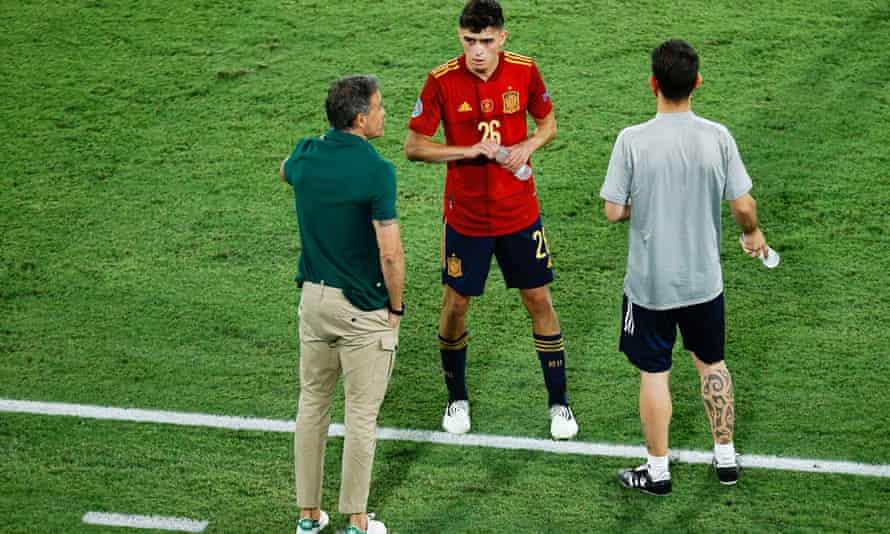 Luis Enrique talks to Pedri during the draw with Poland.