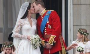 William and Kate kiss on Buckingham  Palace balcony in 2011