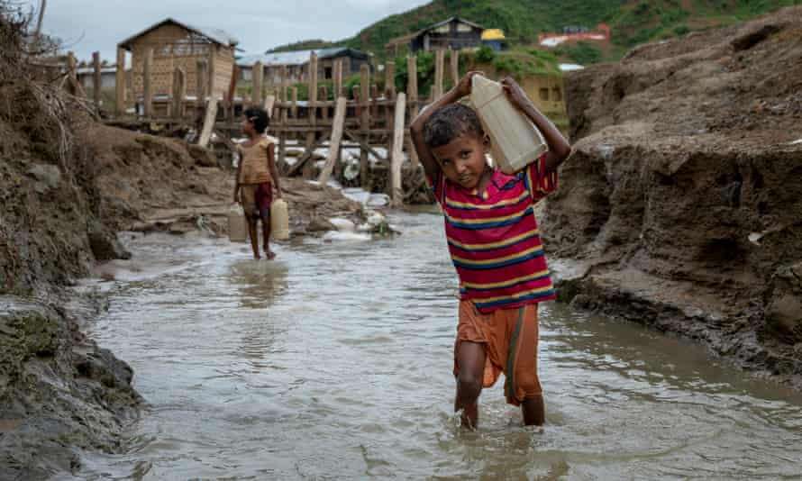 Myanmarlı 10 yaşındaki bir çocuk, Bangladeş, Cox's Bazar'daki bir kampta su topluyor
