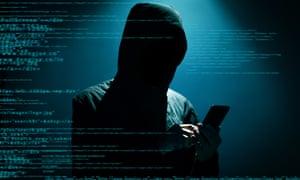 Hacker dalam kegelapan memakai hoodie menggunakan ponsel, layar biru dengan pengkodean sebagai backdrop