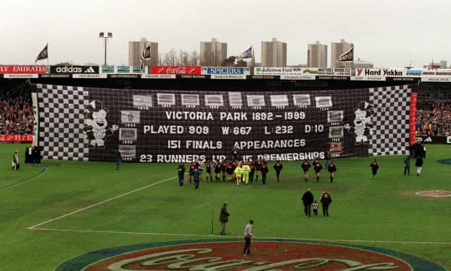 28 Aug 1999: Collingwood players prepare to run through the banner for the final game at Victoria Park