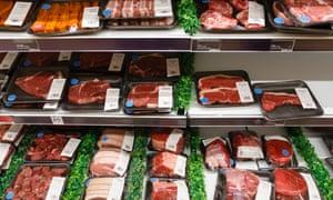 Kulkas daging mentah berisi bungkus steak, daging sapi, dan babi dalam supermaket