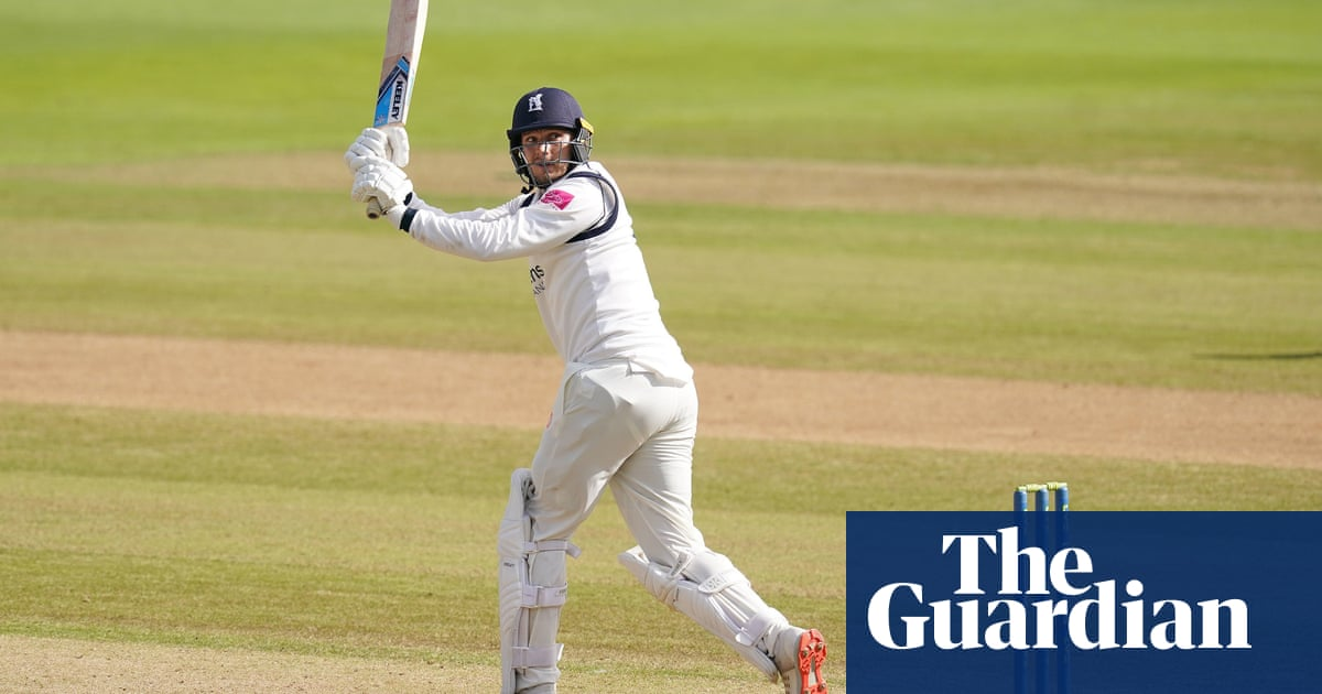 Danny Briggs stars for Warwickshire to keep them in hunt for championship