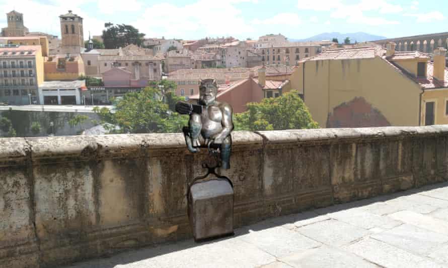 Sculptor José Antonio Abella's mockup of how the statue of the devil will look on  Segovia's aqueduct.
