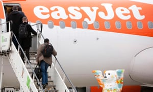 Pasajeros a bordo de un avión Airbus EasyJet.