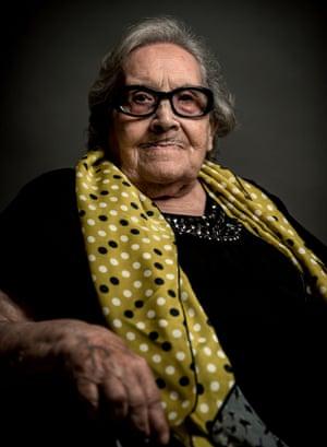 Neus Catala, 100 poses for a portrait
