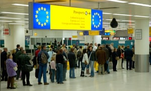 People in the queue for European passport holders at a British airportA5CG80 People in the queue for European passport holders at a British airport