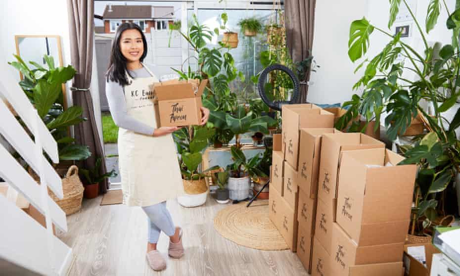 Chutima Honsakul dans sa maison avec des boîtes de livraison