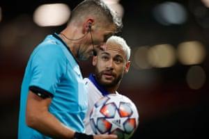 Neymar speaks with referee Daniele Orsato