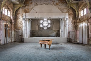 Photographs of abandoned pianos in ruined buildings by photographer Romain Thiery.