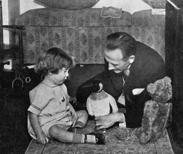 AA Milne và con trai Christopher Robin Milne đang chơi với các chú chim cánh cụt và Winnie-the-Pooh