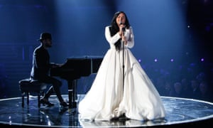 Demi Lovato at the 2020 Grammys, with a piano accompanist.
