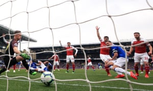 Phil Jagielka scores for Everton against Arsenal