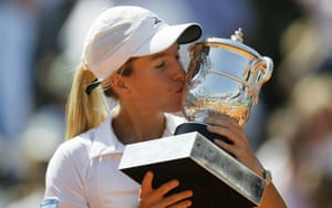 Justine Henin kisses the French Open trophy in 2003.