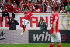 Mainz's Jean-Paul Boetius celebrates after scoring their equaliser.