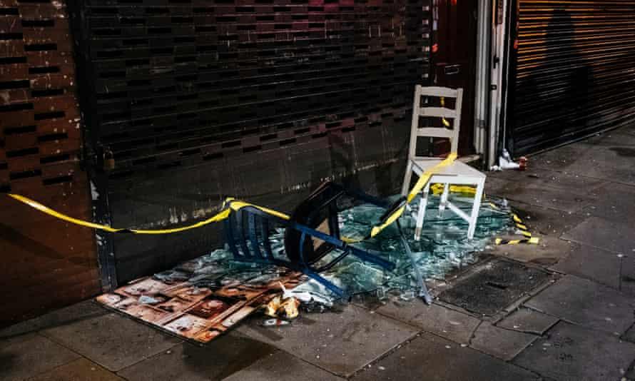 بقایای ویترین مغازه شکسته ، جاده بلک استوک