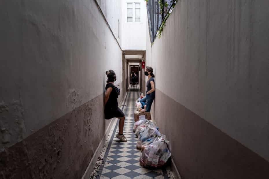 Gaby Mataloni and Andrea Uchitel organising distribution of food bags to members of the tango community in need.