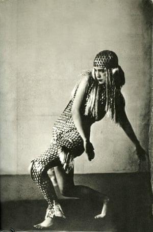 """""""Wir sehen Spuren ihres Lebens, das von einem namenlosen Joyce-Nachkommen entsetzlich ausgelöscht wird.""""  Lucia 1929."""