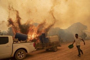 A volunteer tries to douse the fire on the Transpantaneira road near Pocone.