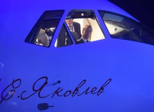 Dmitry Medvedev tries out the cockpit of the MC-21.