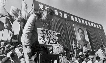 In a 1966 photograph by Li, the Heilongjiang province governor Li Fanwu's hair is brutally shaved by zealous young Red Guards and he is made to bow for hours.