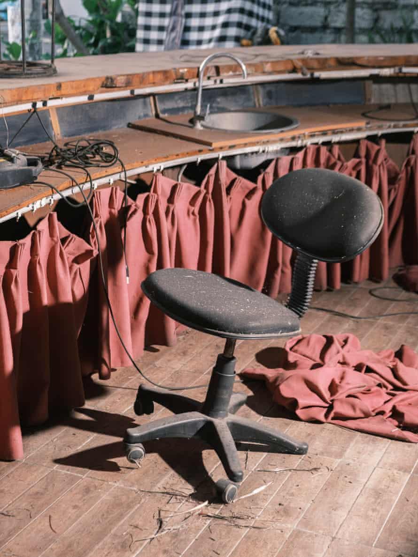 꾸따의 폐쇄된 레스토랑의 빈 의자.