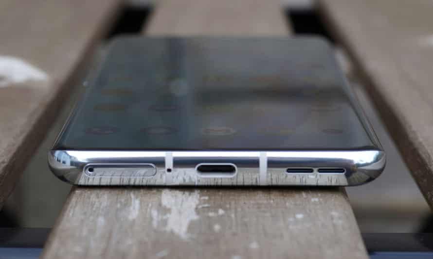 Warp Charge 65T de OnePlus cargará el teléfono del 1% al 100% en solo 32 minutos, alcanzando el 50% en 12 minutos con el adaptador incluido.  También tiene carga inalámbrica súper rápida de 50 W y carga inalámbrica inversa.