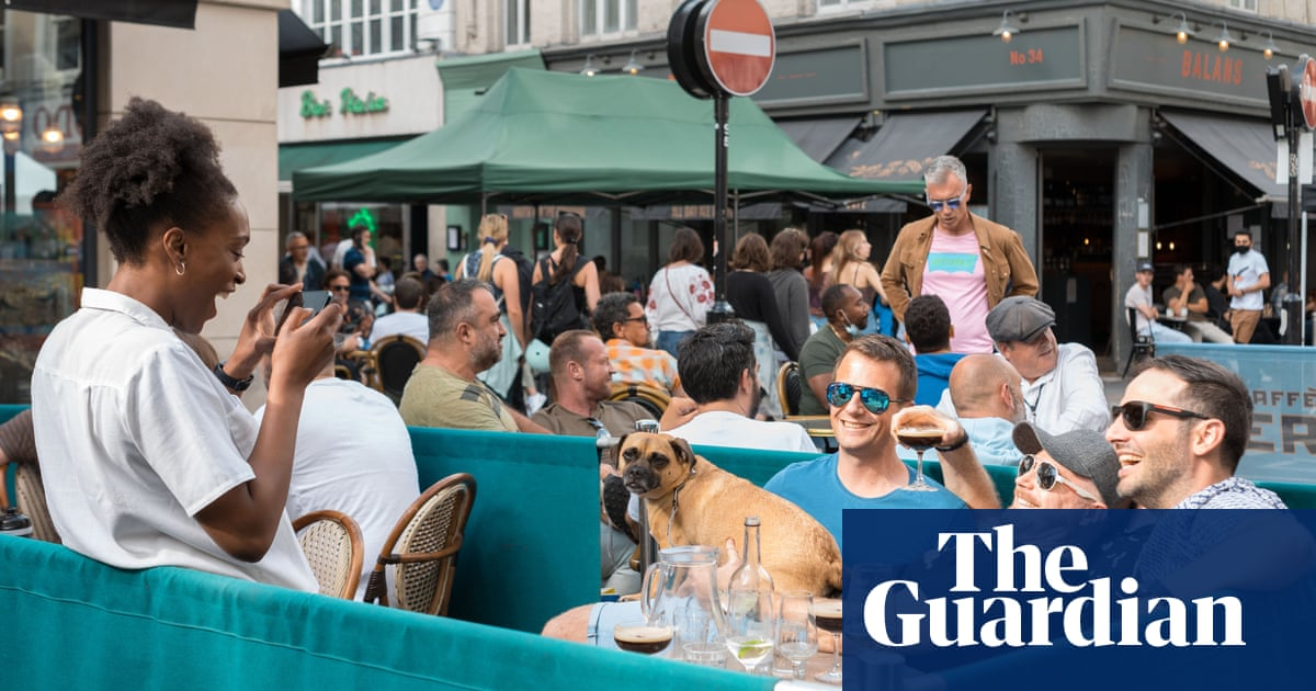UK economy grows for a fifth month as diners rush to cafes and bars