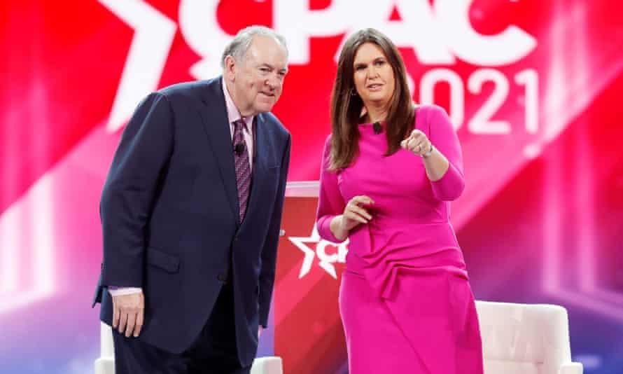 El exgobernador de Arkansas Mike Huckabee en el escenario con su hija Sarah, la exsecretaria de la Casa Blanca