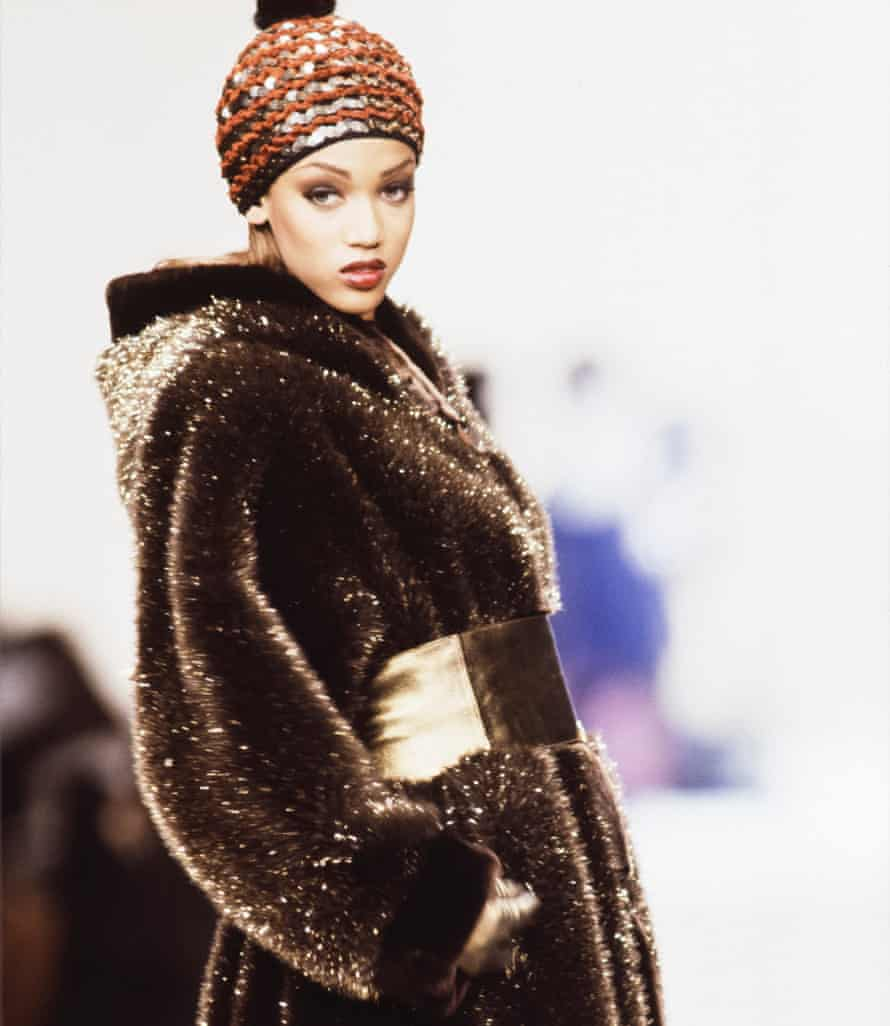Tyra Banks walks the runway at the Yves Saint Laurent Ready to Wear Fall/Winter 1992-1993 fashion show during the Paris Fashion Week in March, 1992 in Paris, France.
