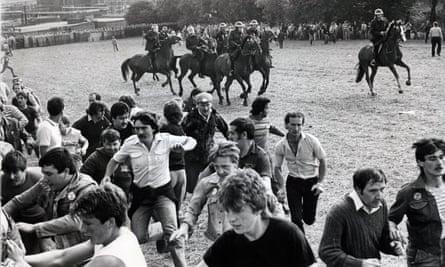 Miners run uphill during the battle of Orgreave