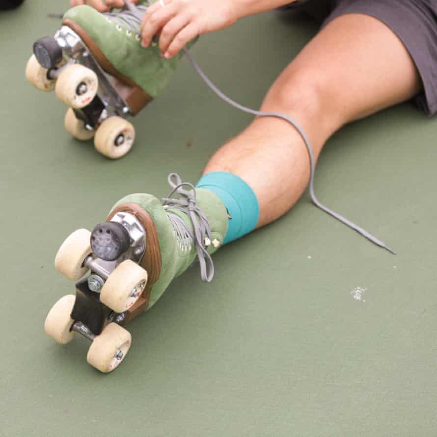 Bowzer putting on skates