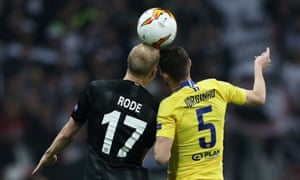 Chelsea's Jorginho and Eintracht Frankfurt's Sebastian Rode clash heads.