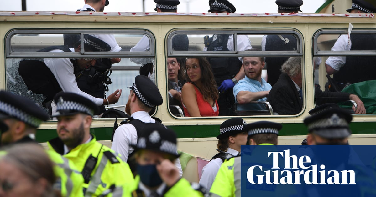 Police wield batons during XR's London Bridge bus blockade