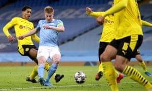 Manchester City's Kevin De Bruyne scores.